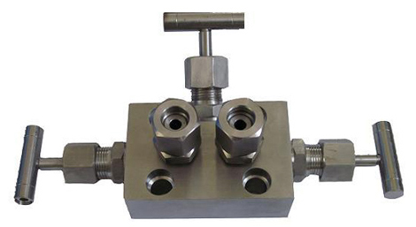 Three valves manifold for use with differential pressure sensor